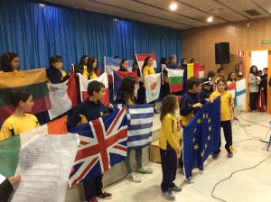 Representació dels alumnes de l'escola Joan XXIII sobre la UE, sota el títol 'Europa: més que un continent'.