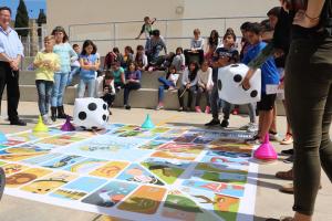 Els nens de 5è i 6è de l'escola Saavedra en plena partida del joc 'Tira el dau i descobreix Europa'.