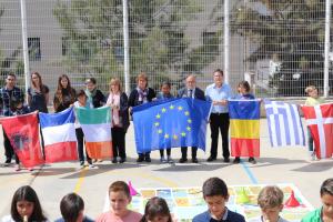 El conseller d'Educació, Ocupació i Desenvolupament Econòmic de l'Ajuntament de Tarragona, Francesc Roca, ha acompanyat els alumnes en l'estrena d'aquest nou joc, que se suma a la cartera d'activitats d'Europe Direct TGN.